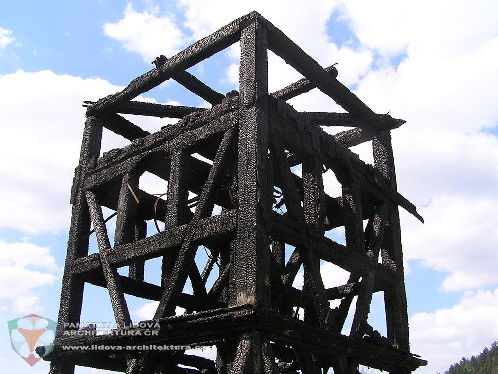 Rámová konstrukce zvonice v Železném Brodě po požáru
