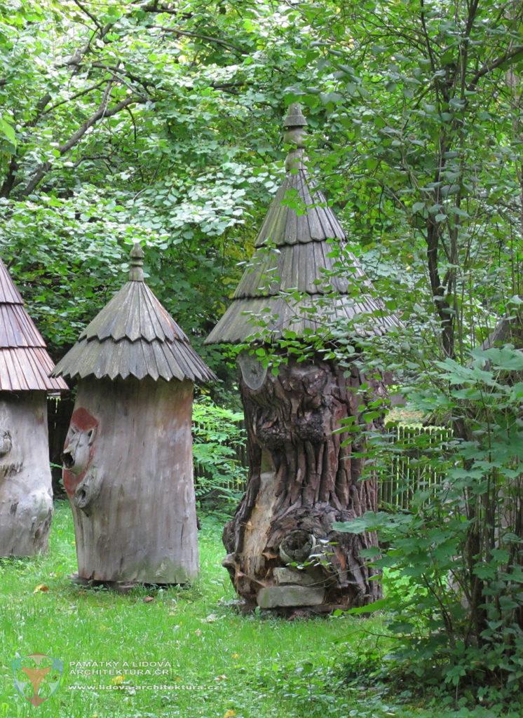 Brť (odtud brtnictví) a klátový úl v areálu Valašského muzea v přírodě v Rožnově pod Radhoštěm, okres Vsetín