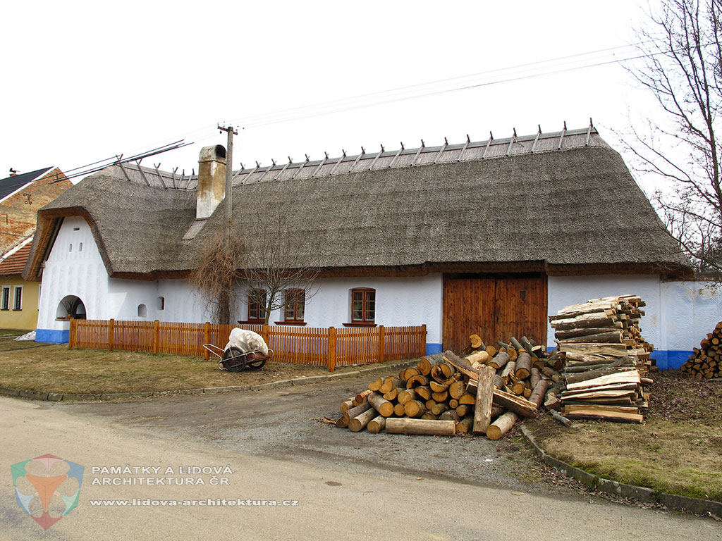 Single-storey earth house with risalit under half-hip and hip roof covered by thatch