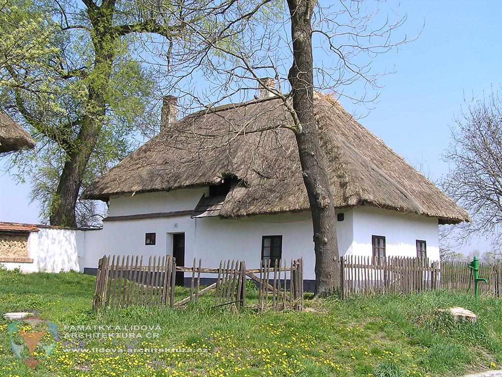 Single-storey earth house with raised storeroom