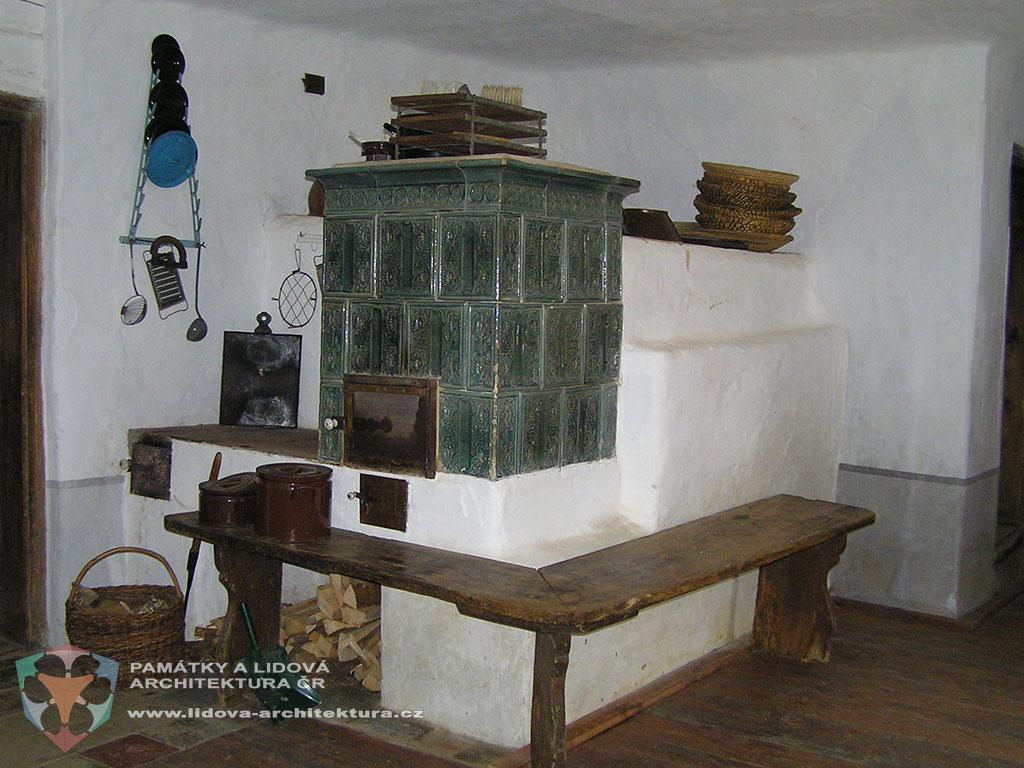 Kuchyňská sestava tvořená pecí, sporákem a kachlovými nástavcem trouby, obec Hoslovice, okres Strakonice