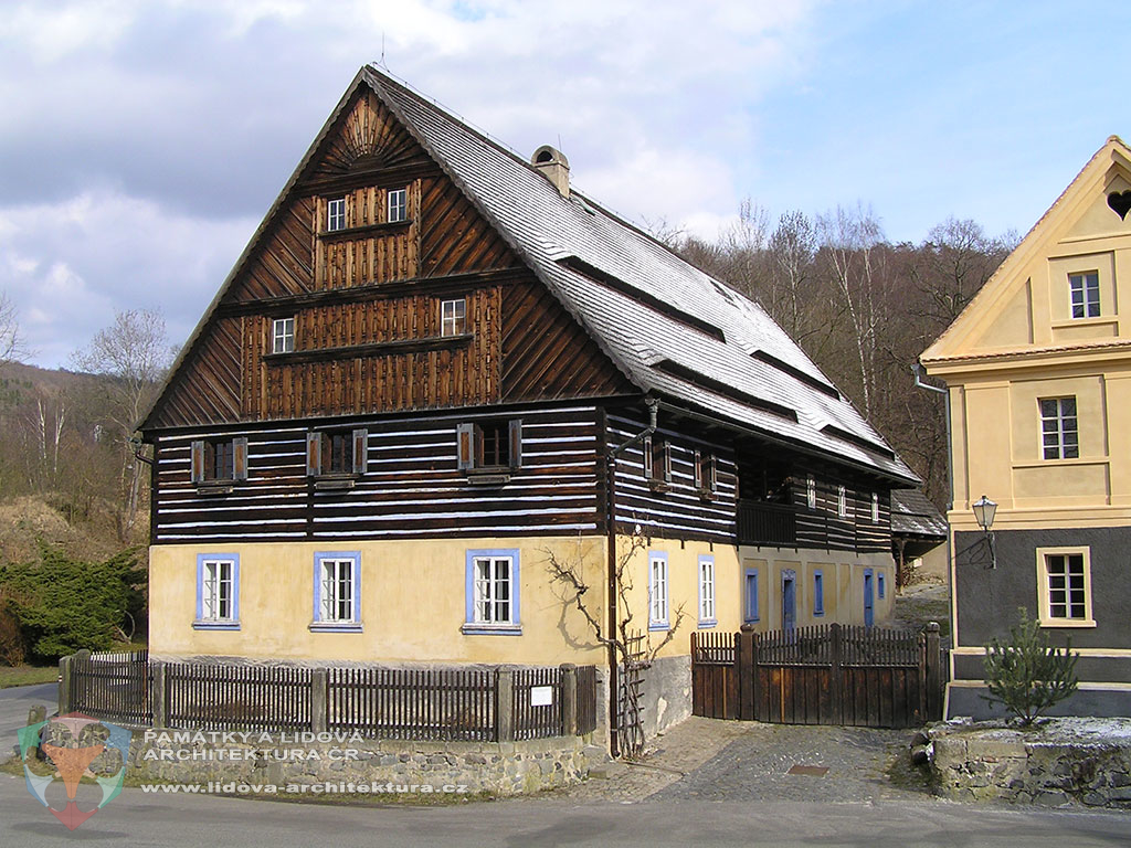 Two-storey house with ground floor made of masonry and first floor of timber