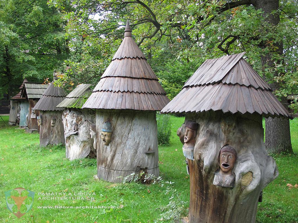 Klátové úly dokládající historii včelařství, přemístěné do areálu Valašského muzea v přírodě v Rožnově pod Radhoštěm, okres Vsetín