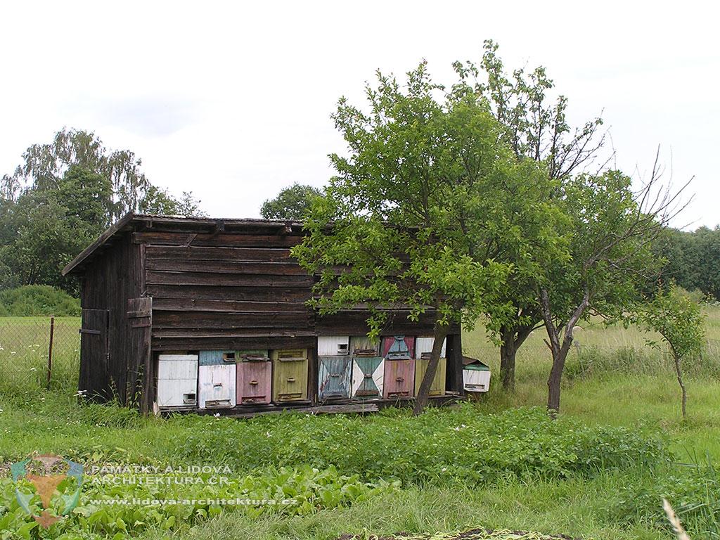 Včelín s prkennými úly v jihočeské obci Svinky, okres Tábor