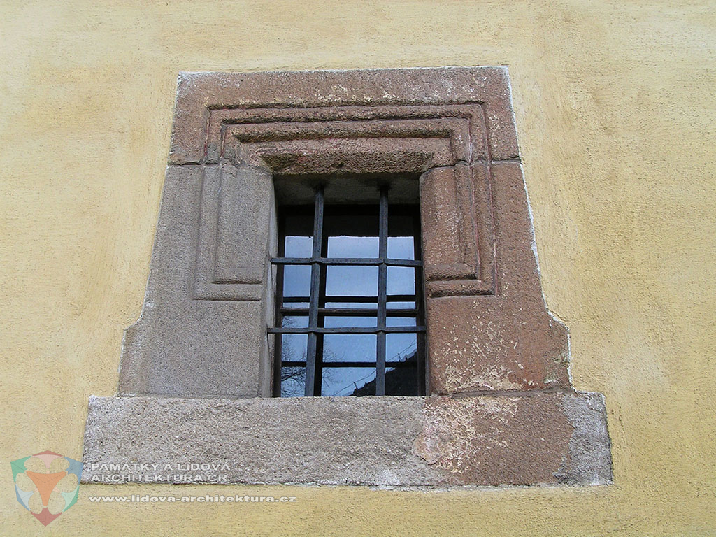 Window moulding made of stone pieces