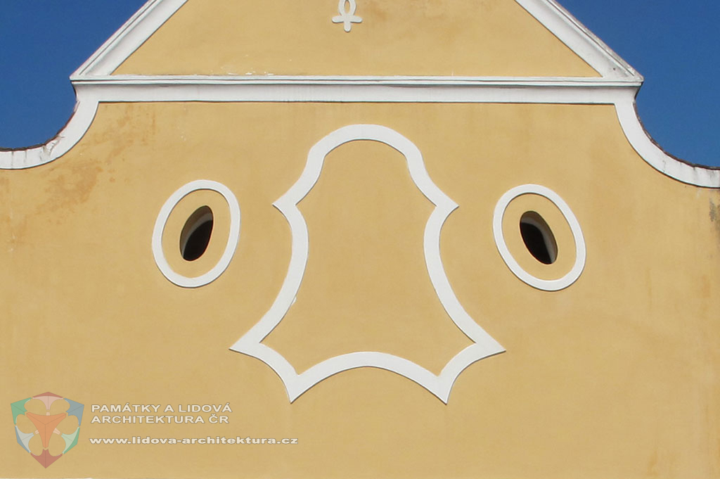 Kasulový rám na štitovém průčelí usedlosti č. p. 1 ve starých Bohnicích, Hlavní město Praha