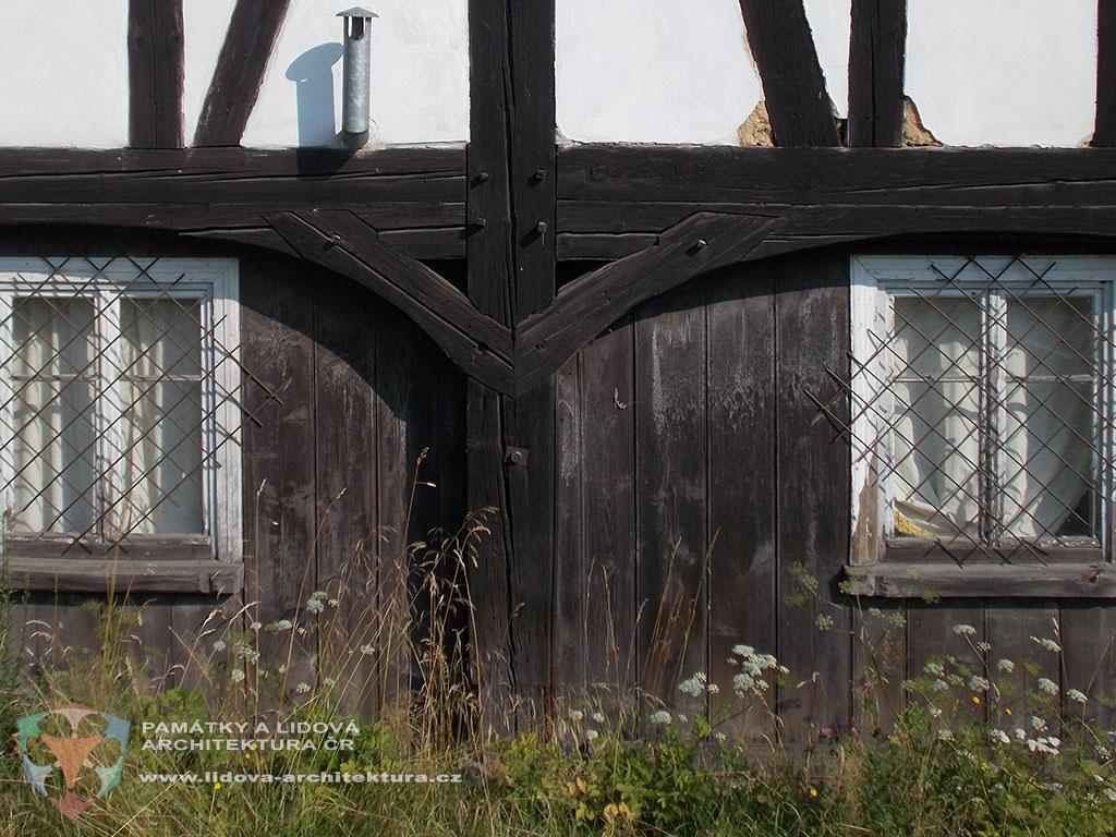 Konstrukce podstávky s průběžnými sloupky, tzv. štenýře, které jsou zároveň součástí hrázdění v patře, obec Višňová, okres Liberec